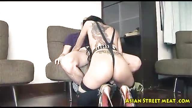 Miniatura Asiatica ragazza dalla Russia e il suo amorevole fidanzato sono un appassionato e gentile sesso in camera da letto.