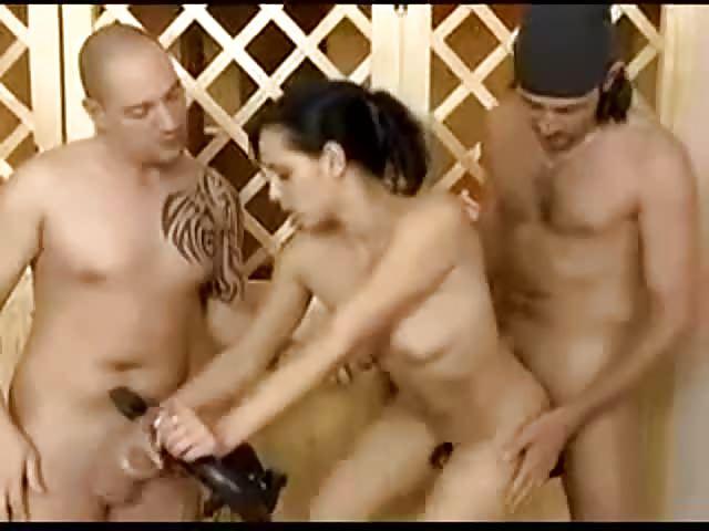 Trois types sur une brune salope