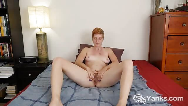 Getatoeeerde Zoe masturbeert haar harige poes