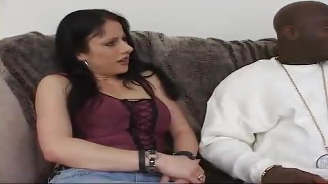 Un gigolo black baise une salope blanche riche
