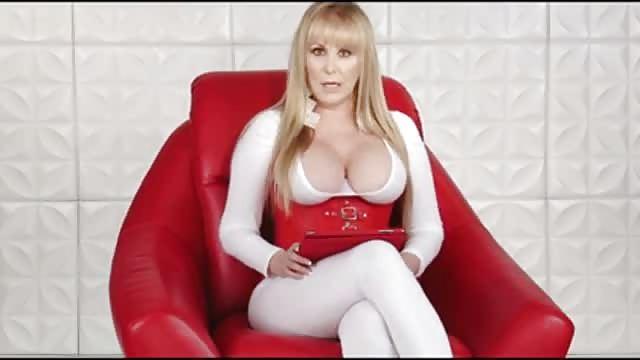 Reife Frau Mit Kurzem Haar Und Großen Titten