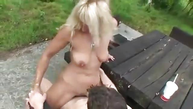 Blondine pijpt buiten